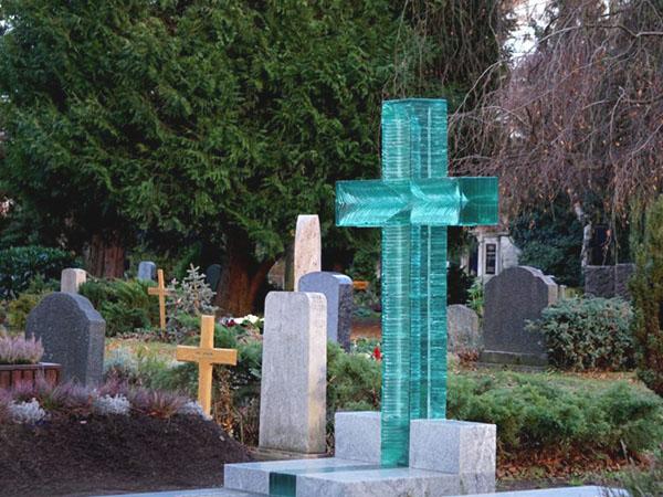 Памятники и надгробия из стекла на могилу